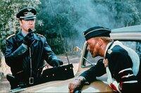 Die Tarnung der deutschen Soldaten ist aufgeflogen. In einem Hagelfeuer wird Hauptmann Hans von Neustadt (Sven-Bertil Taube, re.) verletzt. Ihre Mission scheint zum Scheitern verurteilt, wäre da nicht der erfahrene Oberst Steiner (Michael Caine, li.).