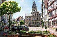 Blick auf den Marktplatz von Bad Wildungen; im Hintergrund der Turm der Stadtkirche.