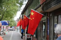 Konfuzius Devotionalien und Rote Fahnen in Qufu.