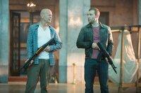Obwohl sie sich über die letzten Jahre fremd geworden sind, müssen John McClane (Bruce Willis, l.) und sein Sohn Jack (Jai Courtney, r.) im Kampf gegen gefährliche russische Kräfte feststellen, dass sie im Doppelpack schier unschlagbar sind ...