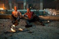 Beinahe zu spät erkennen John McClane (Bruce Willis, l.) und sein Sohn Jack (Jai Courtney, r.), dass es General Komarov nur um das waffenfähige Uran geht, das er in Tschernobyl gelagert hat ...