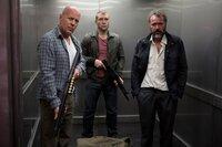 Gemeinsam versuchen John McClane (Bruce Willis, l.) und sein Sohn Jack (Jai Courtney, M.), den Russen Komarov (Sebastian Koch, r.) zu retten, der scheinbar Opfer einer politischen Verschwörung geworden ist und dem deshalb die russische Unterwelt im Nacken sitzt ...