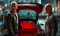 Ahnen nicht, dass ihre Gegner ein ausgeklügeltes System aus Lug und Betrug errichtet haben, um ihre wahren Interessen zu verschleiern: John McClane (Bruce Willis, r.) und sein Sohn Jack (Jai Courtney, l.) ...
