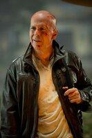 John McClane (Bruce Willis) ist zurück! Er muss nach Moskau reisen, wo sein Sohn Jack inhaftiert wurde - und schon findet er sich zwischen Terroristen wieder, die die ganze Welt bedrohen ...