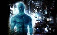 Er ist der einzige Superheld, der über übermenschliche Kräfte verfügt: Dr. Manhattan (Billy Crudup) besitzt die Gabe der Transmutation, der Telekinese und der Teleportation. Als er jedoch beim Sex seinen Körper vervielfacht, um gleichzeitig im Labor weiterforschen zu können, reicht es seiner Lebensgefährtin ...