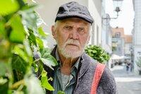 Walter Marx (Wolfgang Hübsch) beobachtet das Treiben der Spurensicherung bei Wiebeks Haus.