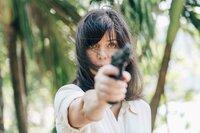 Eve (Marianne Denicourt) fühlt sich bedroht und zeigt den anderen Hotelgästen, dass sie eine Waffe besitzt und sich zu wehren weiß.