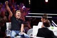 """Die Jurymitglieder Dieter Bohlen (l.) und Bruce Darnell in einer Umbaupause von """"Das Supertalent""""."""