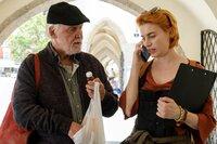 Walter Marx (Wolfgang Hübsch) ist bei Sophia Wenzl (Lisa-Lena Tritscher), als sie mit Steininger gerade am Handy über ihn spricht.