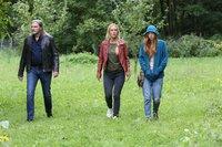 Major Carl Ribarski (Stefan Jürgens, l.), Gruppeninspektorin Penny Lanz (Lilian Klebow, M.) und Nicole Kofler (Larissa Kiers, r.) laufen durchs Gelände, um zu dem Haus zu kommen, wo sie sich verstecken können.