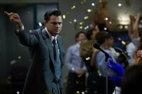 Jordan Belfort (Leonardo DiCaprio) ist ein brillanter Verkäufer und macht mit Schrott-Aktien ein Vermögen. In seiner Firma ist deshalb ständig Party.