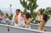 """Nachdem er in kurzer Zeit einen Haufen Geld verdient hat, lässt Jordan (Leonardo DiCaprio, 3.v.l.) es mit seiner ersten Frau Teresa (Christin Milioti, 2.v.r.), und seinen Freunden Donnie (Jonah Hill, 3.v.r.), """"Wischmop"""" (P. J. Byrne, 2.v.l.), """"Fischotter"""" (Henry Zebrowski, l.) sowie Donnies Frau Hildy (MacKenzie Meehan, r.) richtig krachen."""
