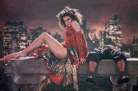 Das Böse nimmt von der hübschen Musikerin Dana Barrett (Sigourney Weaver, l.) und ihrem schrulligen Nachbarn Louis Tully (Rick Moranis, r.) Besitz und macht sie zu willenlosen Werkzeugen.