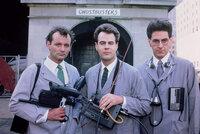 """Die drei Doktoren Peter Venkman (Bill Murray, l.), Raymond Stantz (Dan Aykroyd, M.) und Egon Spengler (Harold Ramis, r.) verlieren ihren Forschungsauftrag für Parapsychologie. Kurz entschlossen gründen sie eine Firma: """"Ghostbusters""""."""