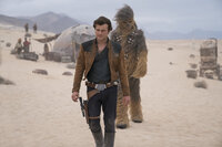 Han Solo (Alden Ehrenreich, l.); Chewbacca (Joonas Suotamo, r.)