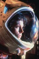 """Der Raumfrachter """"Nostromo"""" wird durch verstümmelte Funksignale zu einem unbekannten Planeten gelockt, auf dem die Besatzung auf gewaltige Artefakte fremden Lebens stößt. Schon bald beginnt für Lt. Ripley (Sigourney Weaver) und die Crew ein gnadenloser Kampf ums Überleben ..."""