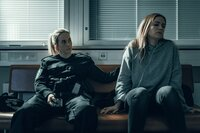 Nina Kautsalo (Iina Kuustonen, l.) versucht, aus ihrer Schwester Marita (Pihla Viitala) Informationen herauszubekommen.