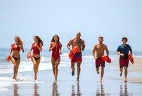 (v.l.n.r.) CJ Parker (Kelly Rohrbach); Summer (Alexandra Daddario); Stephanie Holden (Ilfenesh Hadera); Mitch Buchannon (Dwayne Johnson); Matt Brody (Zac Efron); Ronnie (Jon Bass)