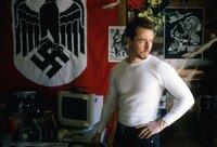 Im Gefängnis hat Derek (Edward Norton) seinen Neo-Nazi-Überzeugungen abgeschworen. Doch wieder in Freiheit, muss er feststellen, dass nun sein Bruder in seine Fußstapfen getreten ist ...