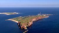 Deutschlands einzige Hochseeinsel Helgoland mit der Hauptinsel (vorne) und der Düne (hinten)