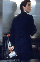 Ein Leben, das nur von Oberflächlichkeit und der Gier nach Reichtum bestimmt wird. Patrick Bateman (Christian Bale) sucht sich am Abend Befriedigung, in dem er Obdachlose und Prostituierte ermordet ...