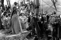Kapitän Thorpe (Errol Flynn, re.) und seine Männer sind in einen Hinterhalt geraten.