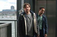 Keine Verschnaufpausen: Sergeant Brad De Vries (Luke Allen-Gale, li.) und Job Cloovers (Elliot Barnes-Worrell) geben Van der Valk Rückendeckung.