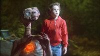 E.T. kann es kaum noch erwarten endlich wieder 'nach Hause' zu kommen. Elliott (Henry Thomas) dagegen ist sehr traurig, daß sein außerirdischer Freund nicht auf der Erde bleiben will..E.T. kann es kaum noch erwarten endlich wieder 'nach Hause' zu kommen. Elliott (Henry Thomas) dagegen ist sehr traurig, daü sein auüerirdischer Freund nicht auf der Erde bleiben will..