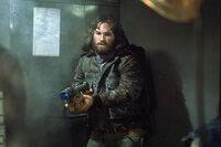 Pilot MacReady (Kurt Russell) kann in der norwegischen Station nur noch Leichen entdecken. Was ist hier bloß passiert..?Pilot MacReady (Kurt Russell) kann in der norwegischen Station nur noch Leichen entdecken. Was ist hier bloü passiert..?