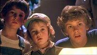 Mit großen Augen schauen die Geschwister Elliot, Gertie und Michael (Henry Thomas, Drew Barrymore, Robert MacNaughton) den kleinen Außerirdischen an..Mit groüen Augen schauen die Geschwister Elliot, Gertie und Michael (Henry Thomas, Drew Barrymore, Robert MacNaughton) den kleinen Auüerirdischen an..