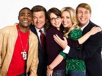 1. Staffel (v.l.): Tracy Jordan (Tracy Morgan), Jack Donaghy (Alec Baldwin), Liz Lemon (Tina Fey), Jenna Maroney (Jane Krakowski) und Kenneth Parcell (Jack McBrayer)