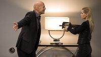 Julian (Bruce Willis) wird von Kelly (Ambyr Childers) bedroht..