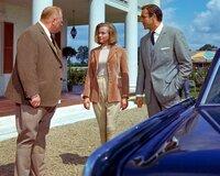 Goldfinger (Gert Fröbe, l.), seine attraktive Pilotin Pussy Galore (Honor Blackman, M.) und Bond (Sean Connery, r.) pflegen zivilisierte Umgangsformen.
