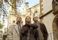 Uhrmacher Rudolf Wohlgemuht (Johannes Herrschmann, rechts) kontrolliert mit seinem Bruder Klaus (Heikko Deutschmann) und seiner Mitarbeiterin Karina (Katja Weitzenböck) die Kirchturmuhr.