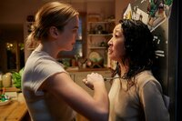 Killing Eve Staffel 1 Folge 5 In der Hand der Killerin: Jodie Comer als Villanelle, Sandra Oh als Eve Polastri   Copyright: SRF/BBC
