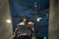 Im Krankenhaus liest Alfons Zischl (Maximilian Brückner) von dem Skandal in der Waffenfirma.