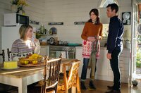 Hugh (Rodger Corser) und seine Kollegin Betty (Belinda Bromilow, M) staunen über Pennys Schwester (Ella Scott Lynch), die auf einmal auftaucht.