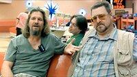 Lebowski (Jeff Bridges, li.), und seine Kumpel Walter (John Goodman, re.) und Donny (Steve Buscemi) vertreiben sich ihre Zeit beim Bowling!