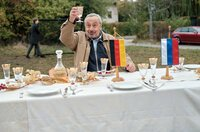 Reginald (Wolfgang Stumph) stößt auf die deutsch-russische Freundschaft an.
