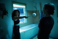 Killing Eve Staffel 1 Folge 5 Überfall auf der Toilette: Sandra Oh als Eve Polastri, Jodie Comer als Villanelle   Copyright: SRF/BBC