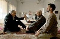 Borchert (Christian Kohlund, li.) befragt den Imam Sheik Ibrahim Al-Khatib (Neil Malik Abdullah, Mitte) nach Julian Stolz.