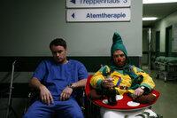 Rosenmontag. In der Klinik herrscht das Chaos, überall Betrunkene und Verletzte, die medizinisch betreut werden müssen. Leo (André Röhner, l.) ist am Ende seiner Kräfte, als ihm klar wird, dass Sarah ihm keine weitere Chance einräumen wird ...