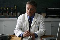"""""""Ich bin vieles, aber nicht nett!"""": Prof. Dr. Kortner (Bernhard Schir) ist zwar ein grandioser Chirurg, doch menschlich ist der Arzt eher ein ausgewachsenes Ekelpaket. Eines Tages landet er als Patient in seiner eigenen Klinik ..."""
