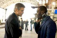 Als Danny (George Clooney, l.) die Vergangenheit einholt, kann er glücklicherweise auf seine alte Crew (Don Cheadle, r.) zählen ...