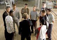 """Casino-Chef Benedict setzt die Diebesbande """"Ocean's Eleven"""" unter Druck: Er will seine 160 Millionen Dollar zurück, in genau zwei Wochen! (vorne M. im Uhrzeigersinn) Roman (Eddie Izzard), Basher (Don Cheadle), Danny (George Clooney), Rusty (Brad Pitt), Virgil (Casey Affleck), Turk (Scott Caan), Reuben (Elliott Gould), Livingston (Eddie Jemison), Linus (Matt Damon) und Yen (Shaobo Qin) stellen fest, dass sie gar keine Wahl haben, als wieder loszulegen ..."""
