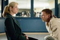 Als Emily (Renée Zellweger, l.) Angst vor Lilith bekommt, sucht sie deren Vater (Callum Keith Rennie, r.) in der Psychiatrie. Er erzählt ihr, dass sich hinter Liliths kindlicher Maske das Böse verbirgt ...