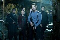 Muss sich mit einem schier unbesiegbar scheinenden Lykaner herumärgern: Vampir David (Theo James, vorne) ...