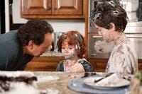 Artie (Billy Crystal, l.) muss sich um seine drei Enkelkinder Turner (Joshua Rush, r.), Harper und Barker (Kyle Harrison Breitkopf, M.) kümmern. Was gar nicht so einfach ist. Doch dann greift er auf bewährte altmodische Erziehungsmethoden zurück ...