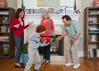 Als Alice(Marisa Tomei, l.) auf Geschäftsreise muss, passen ihre Eltern Artie (Billy Crystal, r.) und Diane (Bette Midler, 2.v.r.) auf ihre Kinder Turner, Harper und Barker (Kyle Harrison Breitkopf, 2.v.l.) auf. Ein Kampf der Generationen beginnt ...