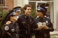 Der Bundesstaat, in dem sich die Police Academy befindet, hat derzeit zwei Polizeischulen. Doch eine soll geschlossen werden und die Leistungen von Sergeant Mahoney (Steve Guttenberg, M.) und den Kadetten stehen auf dem Prüfstand...